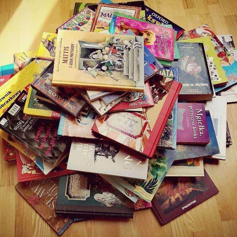 stos kolorowych książek dla dzieci
